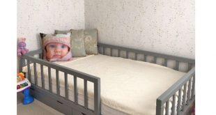 Kleinkind Kinderzimmer für Jungen. Kinderbett, weiß, neutra