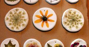 gepresste Blumenornamente - Der Teig wird aus 1 Tasse Backpulver, 1/2 Tasse Ma ...